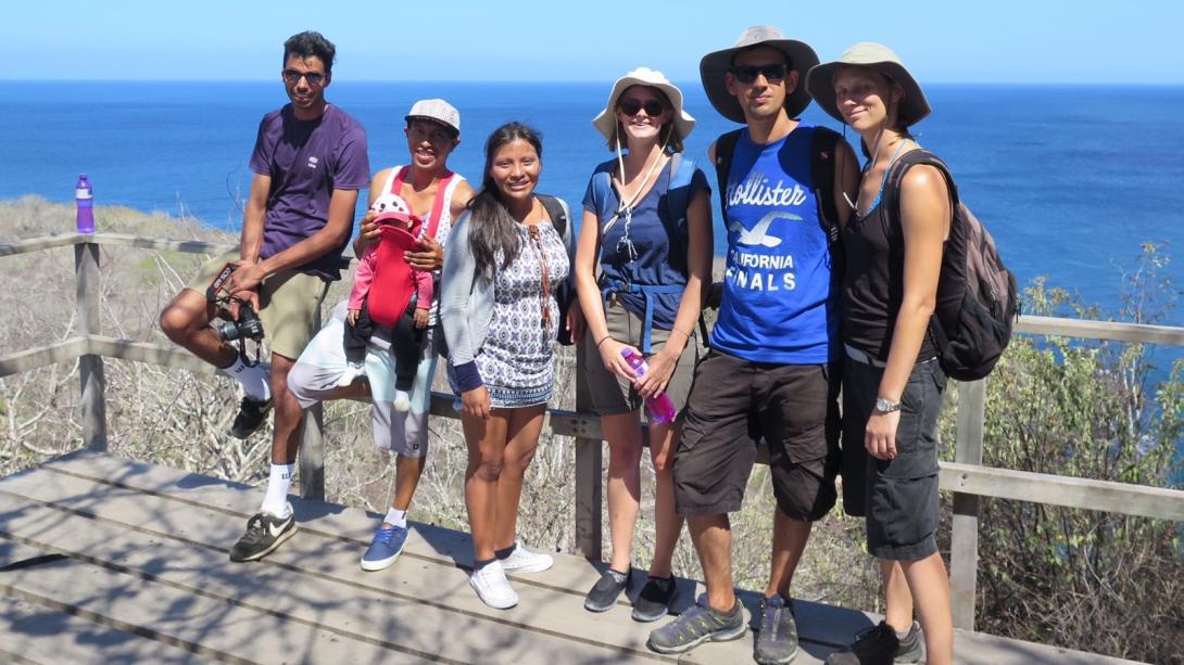 Voluntarios explorando Ecuador con su familia hospedera.